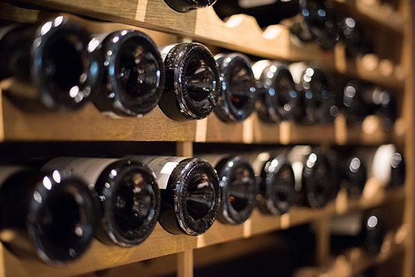 cave à vins avec bouteilles